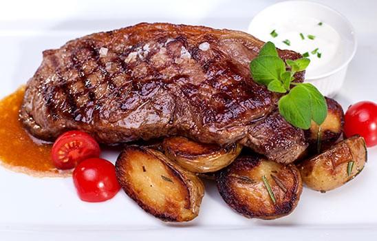 Rumpsteak 250g, rozmarýnové brambory, domácí omáčka