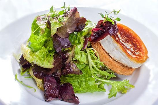 Grilovaný kozí sýr 100g na křupavém toastu s variací salátů a pikantní choutney z červené cibule