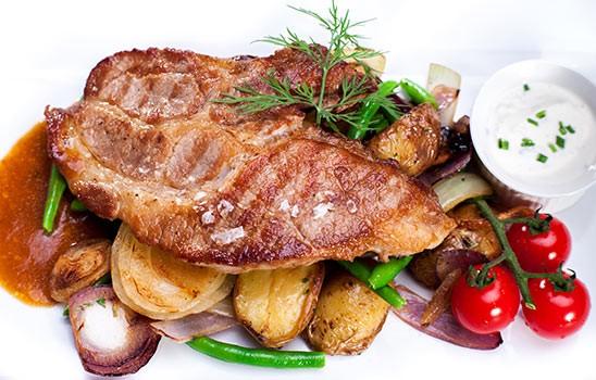 Steak z vepřové krkovice marinovaný v pivu s bramborami, fazolovými lusky a slaninou