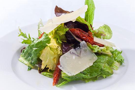 Variace salátů se sušenými rajčaty, medovým dresinkem a parnazánem