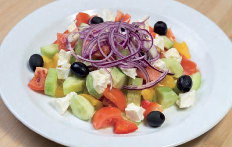 Řecký salát – okurka, rajčata, paprika, cibule, řecký sýr, černé olivy