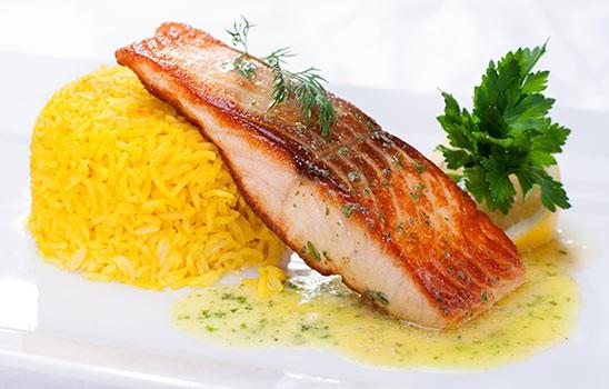 Losos (200g) na grilu, s limetkovým máslem, šafránová rýže