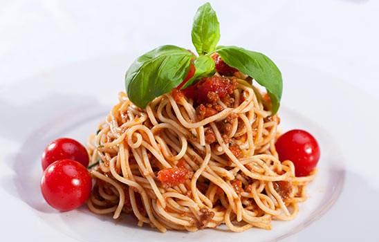 Špagety Boloognese + salát + dezert