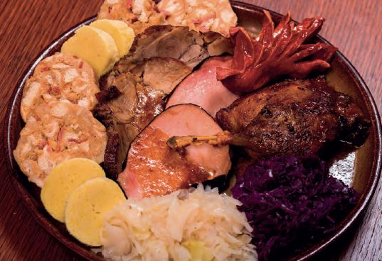 Staročeský talíř pro dva 500g – uzené maso, kachna, vepřová pečeně, klobása, knedlíky, plněné knedlíky, zelí